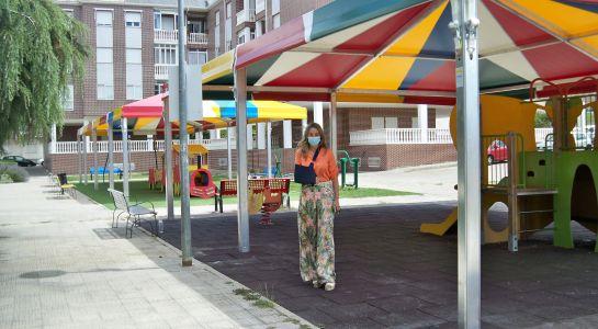 Los parques infantiles de la plaza Comuneros ya están protegidos por dos grandes carpas de colores