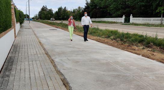 El Ayuntamiento concluye la instalación de acerado en el tramo entre Las Camilas y la urbanización Almendares
