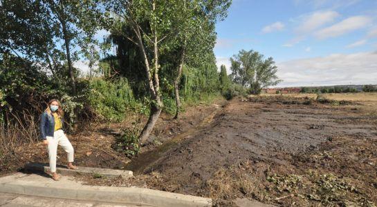 El Ayuntamiento limpia el arroyo de la urbanización San Michel para evitar que el agua llegue a las viviendas