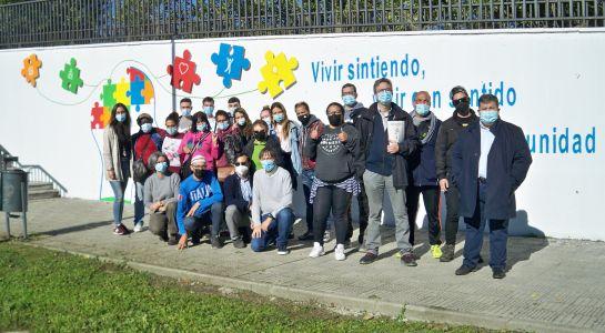 El Ayuntamiento cede un espacio en el paseo fluvial y material  para que el Centro Ranquines elabore un mural sobre salud mental