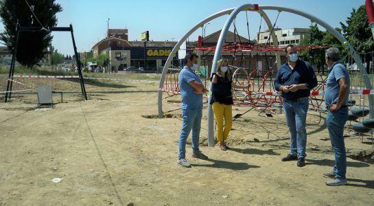 Nuevo parque en La Fontana con juegos de equilibrio, tirolina y acera ajardinada
