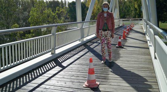 El Ayuntamiento acondiciona la pasarela a la Aldehuela  ajustando la tornillería y aplicando un tratamiento para la madera