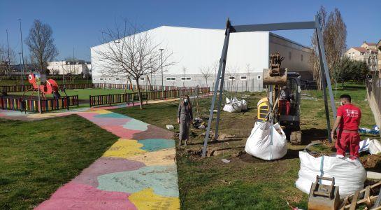 Instalación de una nueva tirolina en el parque de la Avenida Valladolid